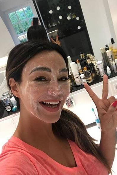 Gute Laune im Home Spa: Verona Pooth gönnt sich eine wohltuende Maske als letzte Vorbereitung vor einem Event.