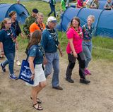 11. August 2017  Als Oberpfadfinder ist König Carl Gustaf in einem Pfafinderlager in Kristianstad in seinem Element und unternimmt gut gelaunt einen Rundgang.