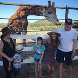 """9. August 2017  """"Familienporträt mit Stanley, der Giraffe"""", postet Alessandra Ambrosio scherzend. Besonders auf Alessandras Vater hat es der liebe Stanley abgesehen. Hoffen wir mal, dass die Mütze nicht stibitzt wurde."""