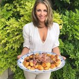 Sonntage nutzt Liz Hurley, um sich in der Küche auszutoben und zaubert ein Mahl für die ganze Familie. In ihrer Pfanne landen frische Kartoffeln und Fleisch, die sie anschließend auf einer großen Platte serviert.