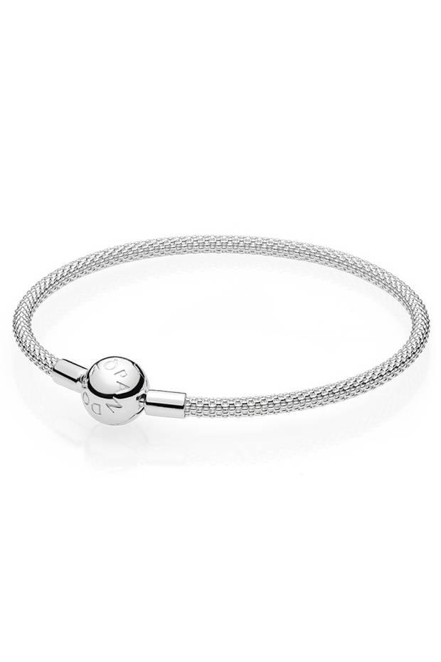 """Ein Schmuckstück für jeden Anlass: Das neue """"Mesh Bracelet"""" von Pandora lässt sich, dank seiner Optik, sowohl elegant als auch casual kombinieren. Je nach Geschmack kann es natürlich auch mit den berühmten Charms getragen werden, ca. 55 Euro"""