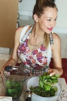 Außerdem setzt Alessandra auf frische Nahrungsmittel und kocht viel selbst. Pesto kommt bei ihr nicht aus dem Glas, sondern aus dem hauseigenen Mixer.