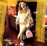 """Kurz nach der Geburt ihrer Zwillinge stockt Beyoncé ihren Kleiderschrank auf und tauscht ihre Umstandsmode gegen coole neue Looks. Dazu gehört auch ihr neuestes It-Piece: der """"GG Marmont""""-Rucksack von Gucci in Bubblegumpink."""
