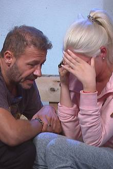 Willi Herren tröstet Sarah Knappik