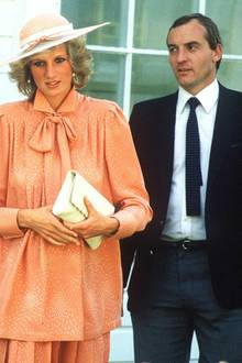 """Barry Mannakee:Der verheiratete Polizist wurde 1985 als Dianas Leibwächter abkommandiert und entwickelte sich bald zu ihrem Vertrauten und Trostspender. Die Prinzessin selbst gestand in den Sitzungen mit ihrem Sprachcoach Peter Settelen, sie habe davon geträumt, mit Mannakee zusammenzuleben: """"Ich war nur glücklich, wenn er in meiner Nähe war."""" Wie weit die Beziehung ging, offenbarte sie jedoch nicht. Barry Mannakee wurde 1986 – angeblich weil Dianas Gefühle für ihn aufgeflogen waren – versetzt. Er starb drei Jahre später bei einem Verkehrsunfall. Prinzessin Diana stellte später die Theorie auf, ihr ehemaliger Leibwächter sei ihretwegen ermordet worden."""