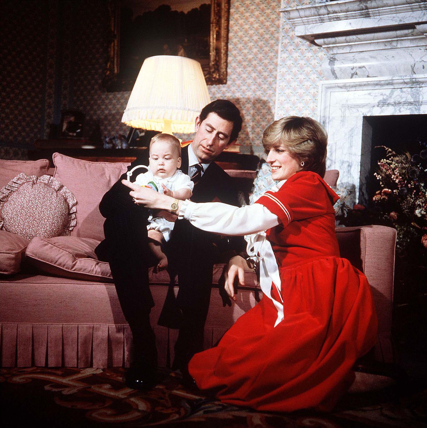 Im Zentrum des Familienlebens steht - als William noch ein Baby ist - ganz besonders die rote Couch, die mit vielen Kissen zum Verweilen einlädt. Kamin und Lampen schaffen eine zusätzliche Wohlfühl-Atmosphäre.