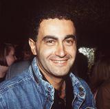 Dodi Al-Fayed:Als Diana eigentlich noch mit Hasnat Khan zusammen war, stellte der ägyptische Milliardär Mohamed Al-Fayed Diana im gemeinsamen Urlaub an der Riviera seinen Sohn Dodi vor. Sicherlich nicht ohne Hintergedanken. Diana und Dodi verbrachten in den kommenden Wochen viel Zeit miteinander und unternahmen verschiedene Reisen, darunter auch mit Dianas Söhnen William und Harry. Als das erste Kuss-Fotos auftauchte, heizte das Spekulationen an. Als Dodi Diana einen Ring schenkte, spekulierten manche über Hochzeitspläne. Eine Zukunft war ihnen nicht vergönnt: Am 31. August 1997 verunglückte das Paar gemeinsam in Paris.