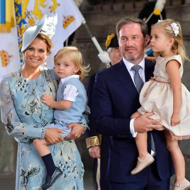 14. Juli 2017  In Schweden feiert die Königsfamilie den Geburtstag von Prinzessin Victoria. Prinzessin Madeleine und Ehemann Chris sind mit den Kindern angereist.  Nicolas schaut ganz artig vom Arm seiner Mutter im Eingang zur Schlosskirche. Leonore scheint wieder etwas im Sinn zu haben.