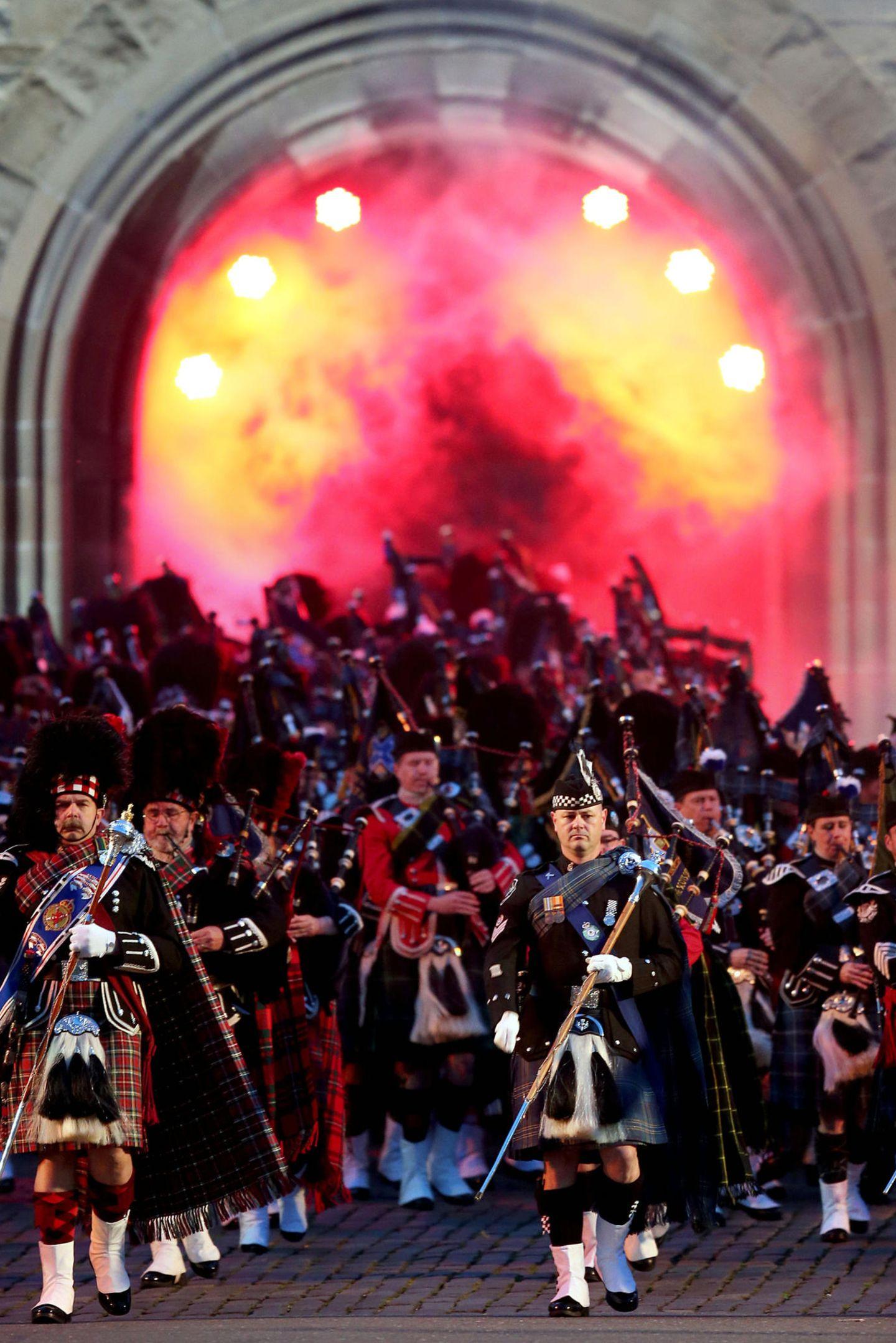 """16. August 2017  Das """"Royal Edinburgh Military Tattoo"""" - das größte Musikfestival Schottlands - beginnt wie in jedem Jahr mit einem großen Aufmarsch vor dem Schloss."""