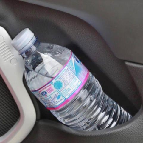 Plastikflasche im Auto