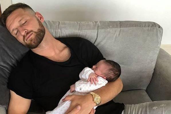 Wenn Shkodran Mustafi völlig fertig vom Training ist, macht er beim Mittagsschlaf seiner Tochter mit, die hier gerade einmal einen Monat alt ist.