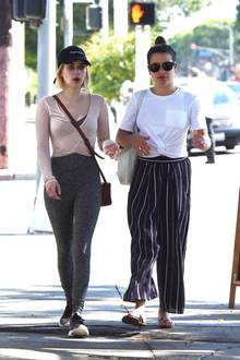 """Sie sind zwar keine """"Scream Queens"""" mehr, Freundinnen bleiben sie dennoch: Emma Roberts und Lea Michele verbringen auch nach Serien-Aus viel Zeit miteinander und treffen sich immer mal wieder zum Shoppen oder Spazieren. Wie locker ihr Umgang dabei ist, repräsentiert auch ihr Casual-Look."""