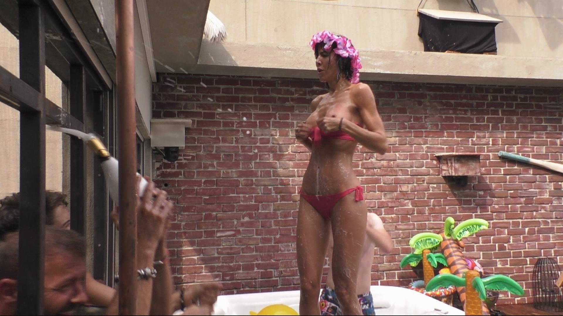 Promi Big Brother Claudia Obert Bei Poolparty Betrunken Galade