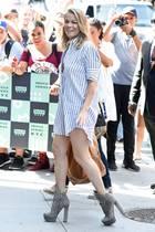 Mit diesem Look will LeAnn Rimes ganz hoch hinaus: Zum sommerlichen Streifenhemd-Look hat sich die Sängerin superhohe Wildleder-Boots ausgesucht.