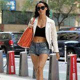 Adrianne Ho scheint auch auf der Straße gerne zu zeigen, was sie hat: Sie kombiniert ihre kurze Jeans-Hotpants mit einem schwarzen Crop Top und einer weißen Bikerjacke. Plateau-Heels lassen die Beine des Models endlos erscheinen.