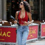 """Eine locker geschnittene Jeans im """"Destroyed""""-Look und dazu ein rotes Top mit tiefem Ausschnitt: Raven Lyn weiß, wie man mit Gegensätzen spielt und sieht toll aus. Besonderer Hingucker sind ihre Chanel """"Boy""""-Tasche und die runde Sonnenbrille."""
