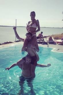 Das sieht nach Spaß aus: Im Pool lässt sich Alexa Chung von zwei starken Herren in luftige Höhen schwingen.
