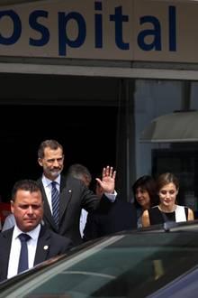19. August 2017  Vor dem Hospital: Königin Letizia und König Felipe besuchen die Verletzten der Attentate in Barcelona und Cambrils.