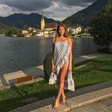 Vor der traumhaften Kulisse des Tegernsees zeigt Cathy, wie sexy man sich auch während der Schwangerschaft kleiden kann. Das trägerlose Kleid mit hohem Beinschlitz schmeichelt ihrem Teint und lässt sie strahlen.