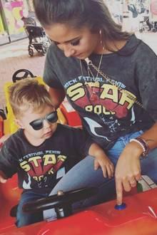 """Sarah Lombardi und ihr Sohn Alessio tragen das gleiche T-Shirt mit Jeans. Ein Partnerlook, der die Fans ausnahmsweise mal begeistert: """"Einfach nur süß ihr zwei"""", schreibt zum Beispiel ein Fan."""