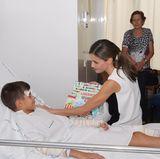 19. August 2017   Warme Worte für Verletzte des Terroranschlags in Barcelona: Königin Letizia tröstet einen Jungen im Krankenhaus.