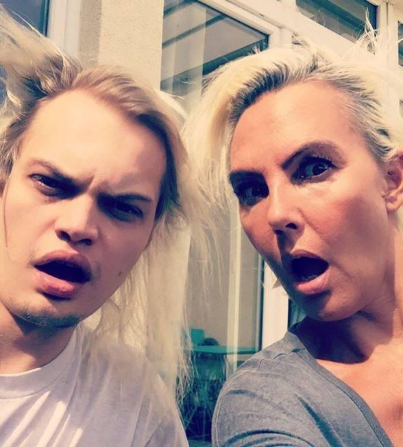 Mutter-Sohn-Partnerlook: Natascha Ochsenknecht und ihr ältester Sohn Wilson nehmen ihren Bad-Hair-Day mit Humor.