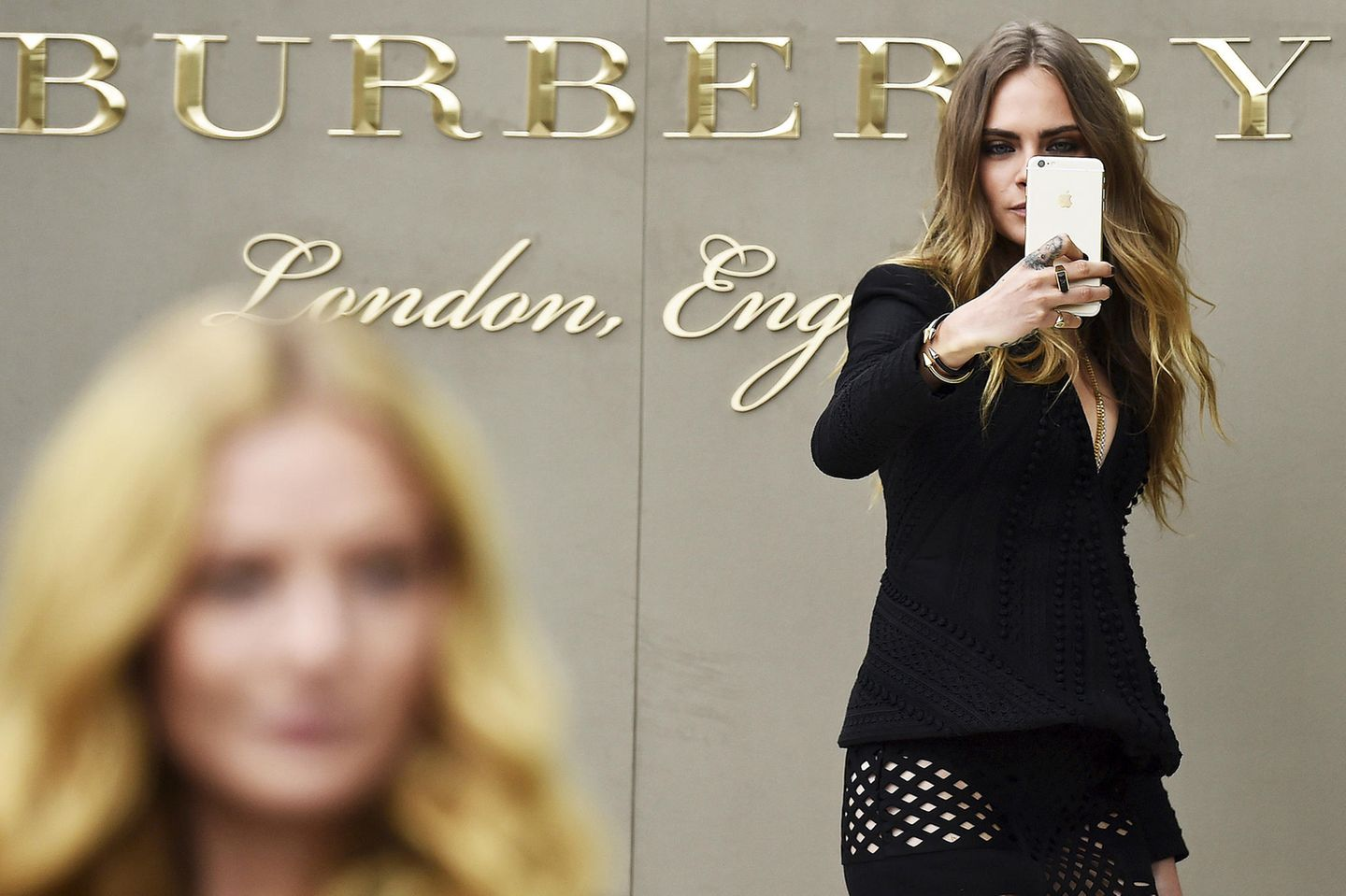 Model Cara Delevingen bei der Burberry-Show auf der London Fashion Week 2016.