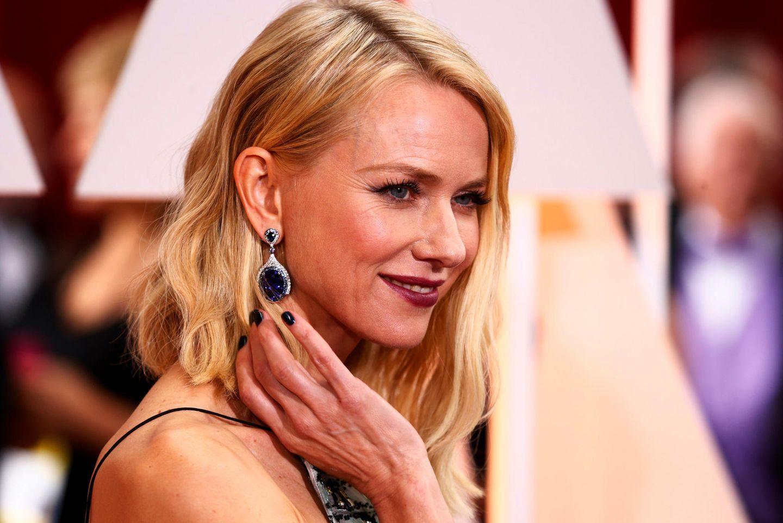 Schauspielerin Naomi Watts lässt ihre Ohrringe von Bulgari auf der 87ten Oscarverleihung hervorblitzen.