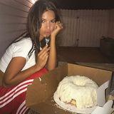 Wo ist die Kokosnuss? Wo ist die Kokosnuss? Wer hat die Kokosnuss geklaut?  Ganz einfach: Model Emily Ratajkowski hat sie sich in Form eines Gugelhupfs gemopst. Yummy!