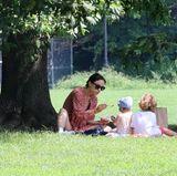 19. August 2017  Am Wochenende zieht es Olivia Wilde und ihre kleine Familie in den Central Park. Hier macht sie es sich mit ihren Kids unter einem Baum zum Picknicken gemütlich.