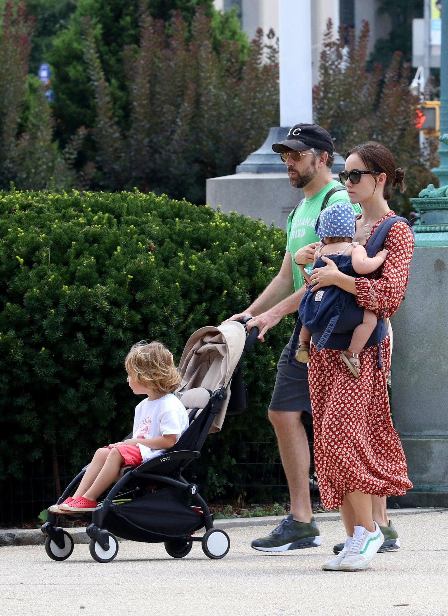 Der anschließende Spaziergang führt die vier danach durch New Yorks Straßen. Während Baby Daisy noch auf Mamas Arme darf, genießt Bruder Otis seinen Platz im Buggy.