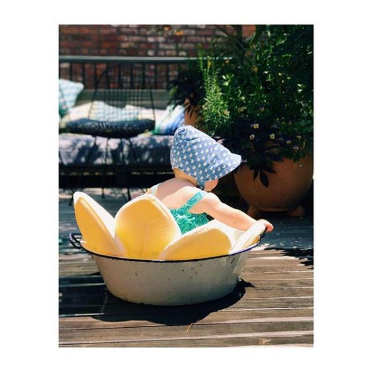 """3. Juli 2017  """"Pool Party, Brooklyn Style"""", schreibt Olivia Wilde zu diesem unglaublich süßen Foto ihrer Tochter Daisy, die in einer Wanne auf der Terrasse plantscht."""