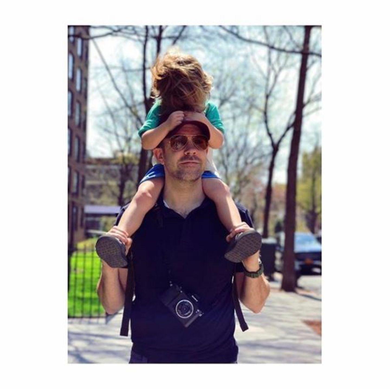 18. Juni 2017  Warum selber durch New York laufen, wenn es auf Papas Schultern doch so bequem ist? Genau das muss sich auch Otis gedacht haben und lässt sich von Jason durch die Gegend tragen.