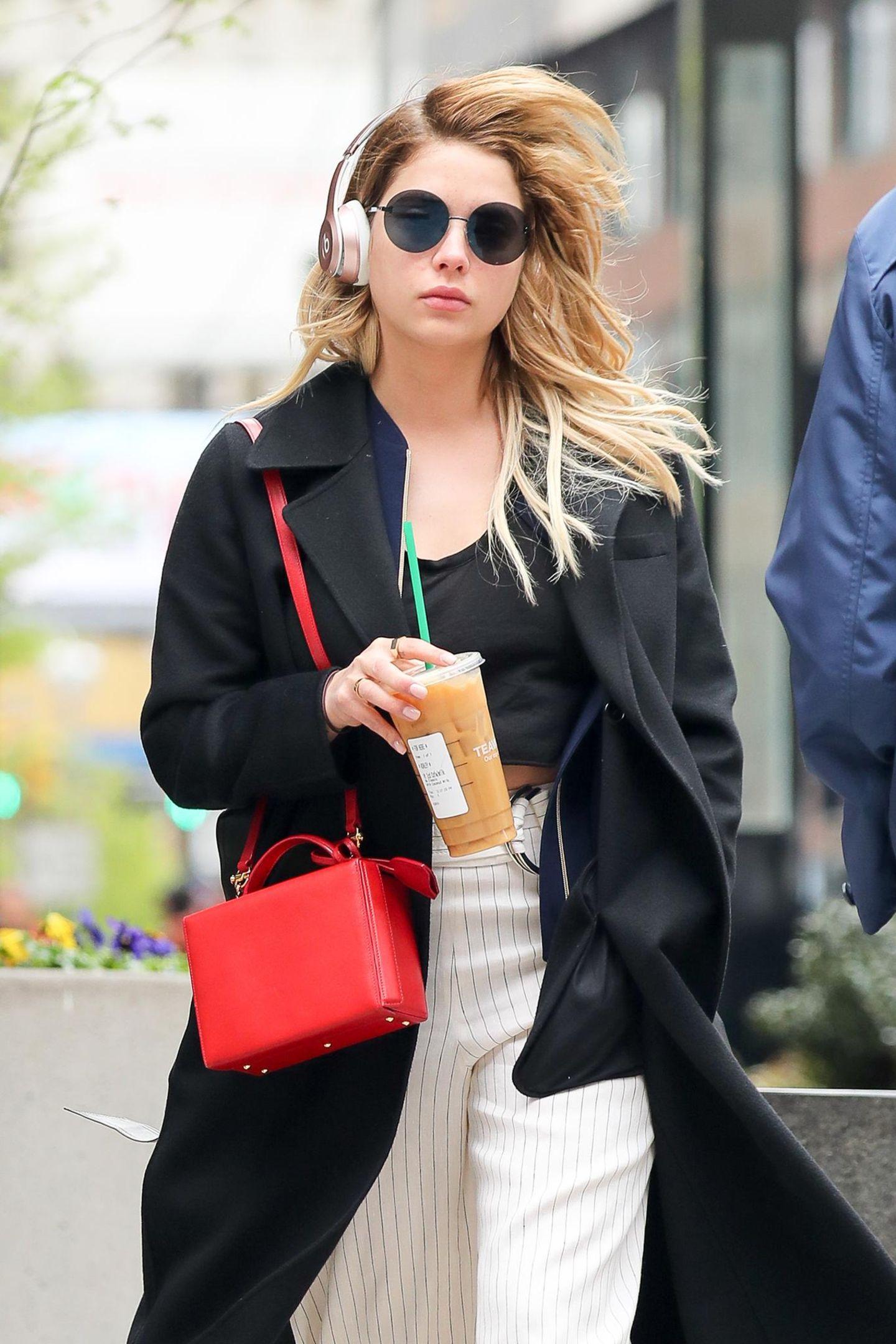 Zu einem richtig coolen Streetstyle gehört bei Ashley Benson ein eisgekühlter Kaffee im To-Go-Becher.
