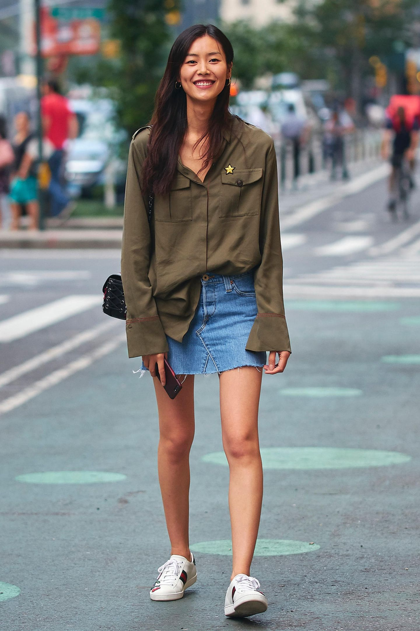 """Liu Wen ging bei """"Victoria's Secret"""" bereits in 2009 in die Geschichte ein, als sie als erstes ostasiatisches Model für das Label arbeitete. Gut gelaunt kommt sie nun zu dem Casting und hat coole """"Ace""""-Gucci-Sneaker als Glücksbringer an."""