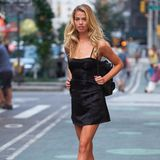 """Ob für Agent Provocateur oder aber das Cover der """"Sports Illustrated Swimsuit Issue"""" - in knappen Outfits konnte Hailey Clauson schon öfter von sich überzeugen. Wir sind uns daher sicher: In diesem schwarzen Mini-Kleid sollte es auch bei Victoria's Secret für sie klappen."""