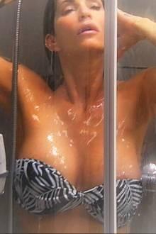 Sarah Kern sexy unter der Dusche