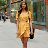 """Ganz neu ist Marjolein Holzken unter den """"Victoria's Secret""""-Models nicht. Sie durfte bereits ein paar Kampagnen für das Label shooten. Auf den Laufsteg durfte sie bisher allerdings noch nicht. Strahlend schön ist sie aber allemal - besonders in ihrem sonnengelben Kleid, das sie zum Casting trägt."""