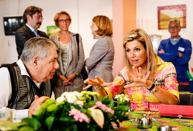 22. August 2017  Mit viel Gestik unterhält sich Königin Máxima mit den aufmerksamen Senioren des Diakoniezentrums De Jessehof.