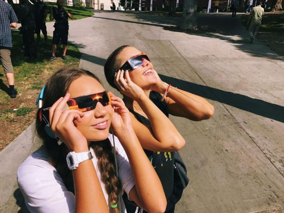 21. August 2017  An die Kurzhaarfrisur muss man sich noch gewöhnen: Schauspielerin Kate Hudson (r.) nimmt sich eine kurze Auszeit fürs Sonnenfinsternisbeobachten.