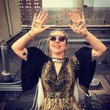 """21. August 2017  Pop-Star Lady Gaga scheint die Sache mit der Sonnenfinsternis nicht so ganz begriffen zu haben: """"Take me to your planet"""", hat sie auf ihre Handflächen gekritzelt und sie gen Himmel gestreckt. Liebe Frau Gaga: Die Sonnenfinsternis hat nichts mit Aliens zu tun; und wohin genau möchten sie gebracht werden; auf die Sonne?"""