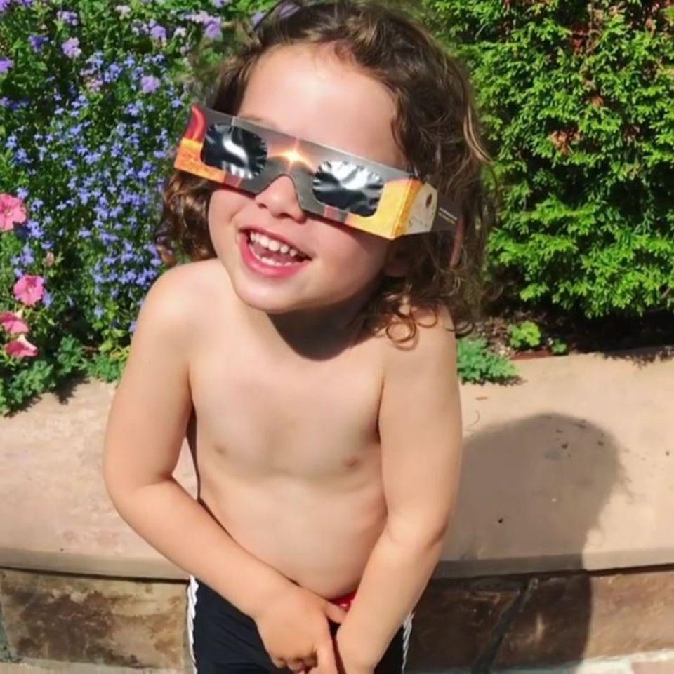 """21. August 2017  Rachel Zoes Sohn Kaius hat für den ultimativen Niedlichkeitsfaktor gesorgt: Während er sich von seinem Vater Rodger Berman die Sonnenfinsternis erklären lässt, fragt er ganz verdutzt: """"Aber wo ist die Sonne?"""""""