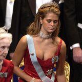 """Prinzessin Madeleine wählte bei dem Nobelpreis-Dinner in 2002 ein rotes Kleid, das sofort als das """"Baywatch-Dress"""" in die Modegeschichte eingeht. Warum man ausgerechnet diesen Vergleich aufstellte, erklärt sich angesichts des Ausschnitts ganz von selbst."""