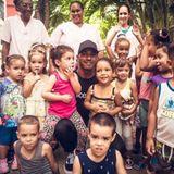 """Im Auftrag von """"UNICEF"""" reist F1-Star Lewis Hamilton nach Cuba und zaubert vielen Kindern ein Lächeln ins Gesicht."""