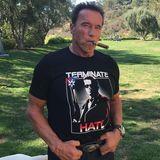 """""""Terminate Hate"""" steht auf seinem T-Shirt geschrieben: Actionheld Arnold Schwarzenegger verkauft das coole Shirt und sendet alle Erlöse an das """"Simon Wiesenthal Center"""", eine Organisation, die sich für Menschenrechte einsetzt."""
