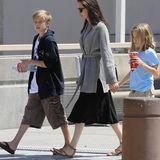 Shiloh Jolie-Pitt liebt mit ihren elf Jahren vor allem zwei Dinge in Sachen Style: eine weite Kapuzenjacke und Baggyshorts mit vielen aufgenähten Taschen.