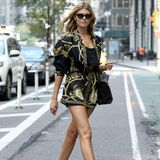 Im gemusterten Versace-Jumpsuit kommt Maryna Linchuk zu dem Casting in New York und wird dadurch zum absoluten Hingucker.