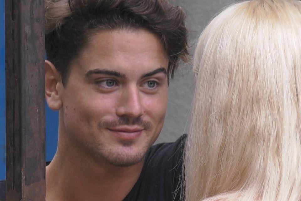 Dominik Bruntner blickt Sarah Knappik tief in die Augen