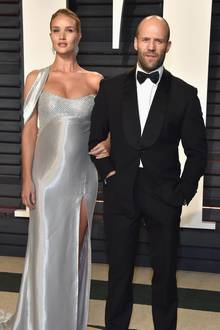 Rosie Huntington-Whiteley + Jason Statham  Bei der Oscar-Party im Februar lenkt Model Rosie Huntington-Whiteley alle Blicke auf ihren funkelnden Babybauch. Vier Monate später - am 24. Juni - kommt daraufhin der kleine Jack Oscar Statham zur Welt.