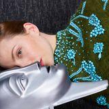 "Face to face: Katharina Schüttler (""Unsere Mütter, unsere Väter"") mit Maria-Maske."